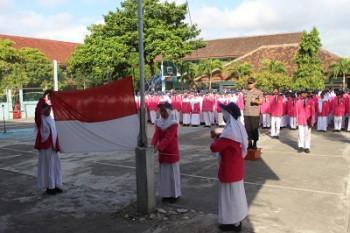 KAPOLRES JADI IRUP UPACARA DI SMP N 2 WONOSARI